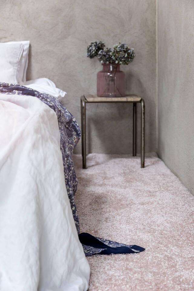 Lyserød aflangt shaggy piramit 3.5 kg - tæppe  i en soveværelse.