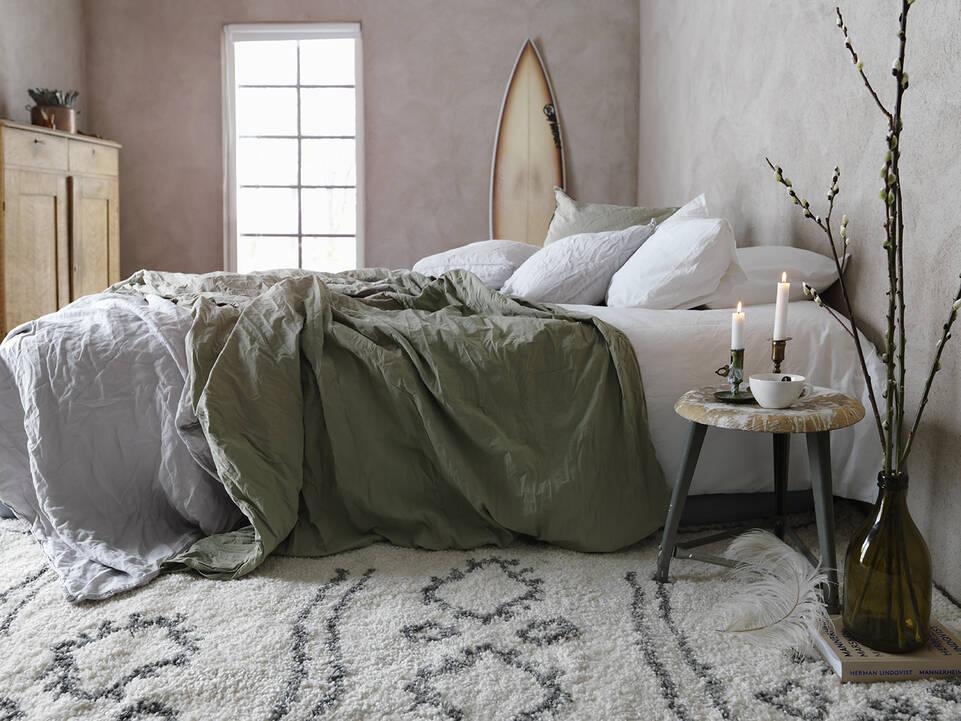 Hvidt  shaggy piramit 2.8 kg - tæppe  i en soveværelse.