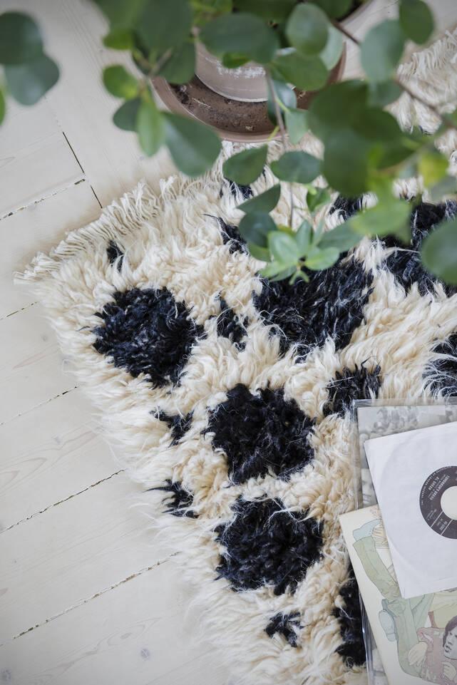 Hvidt  barchi / moroccan berber style- pakistan - tæppe  i en stue.