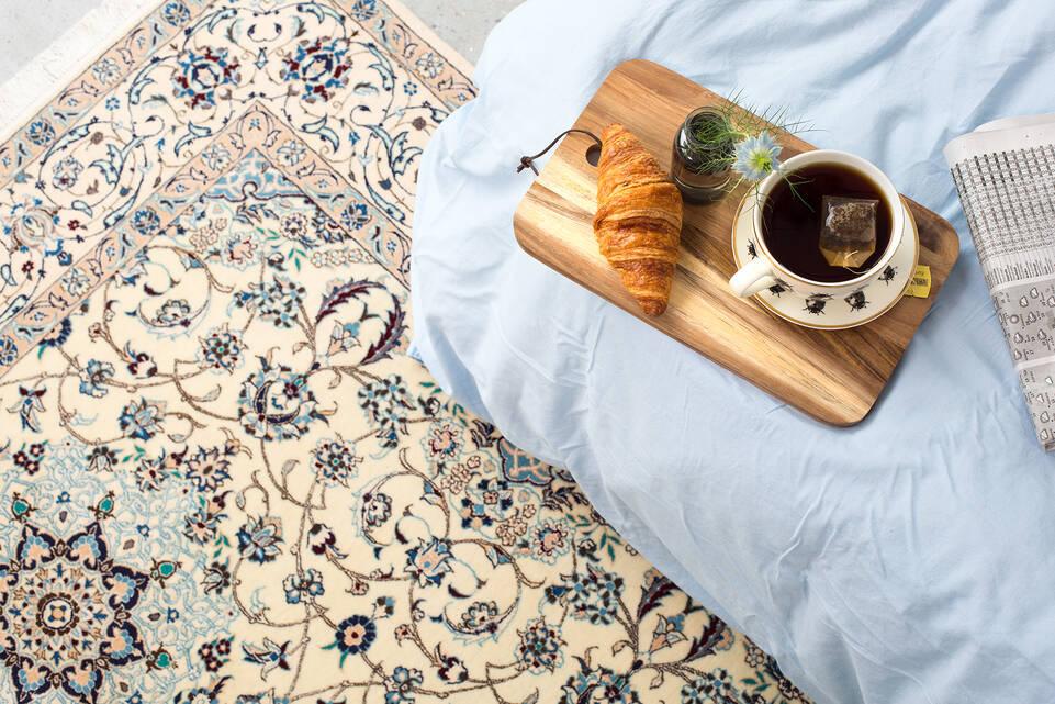 Hvidt  nain 6la - tæppe  i en soveværelse.