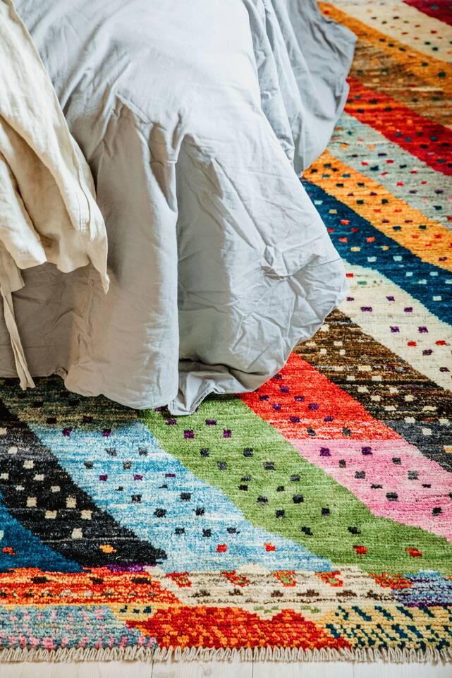 Hvidt  moroccan berber - afghanistan - tæppe  i en soveværelse.