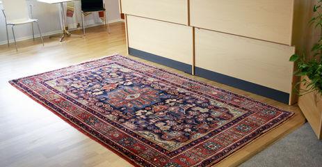 Rødt  nahavand - tæppe  i en kontor.